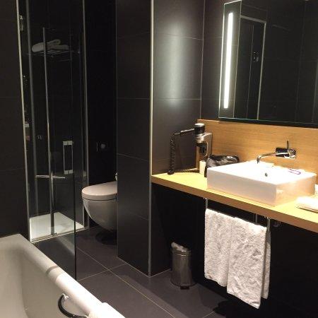 Chambre deluxe avec balcon et salle de bain avec baignoire ...