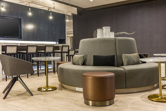 Chelsea, Массачусетс: Relax and grab a drink while you wait for your complimentary shuttle.