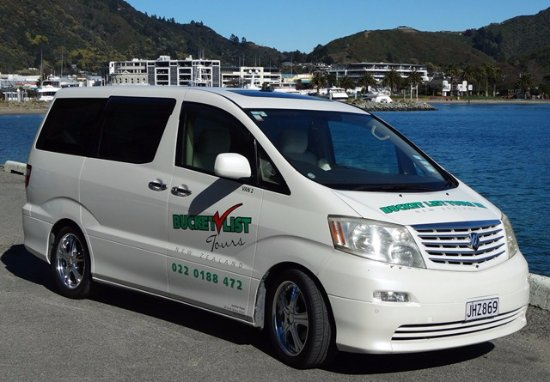 Picton, Nova Zelândia: Bucket List Tours NZ luxury vehicle has sheepskin covered seats, big windowsand is very comforta