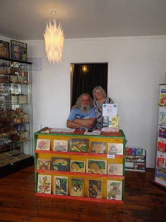 Rawene, Nueva Zelanda: Louis and Sue  owners/hosts at their most puzzling shop/museum  newly opened October 2017 in Raw