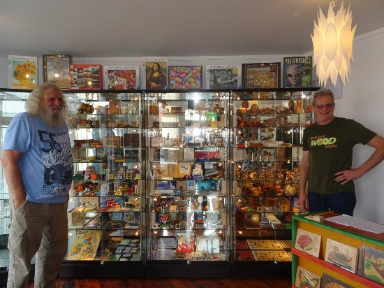 Rawene, Nueva Zelanda: the privately owned world puzzles museum  display cabinets