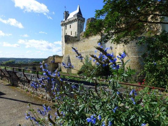 Chinon, France: vue du resto vers l'entrée du chateau
