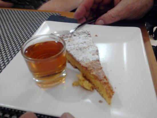 Viladecans, Spania: Tarta de Santiago con Chupito de Moscatel