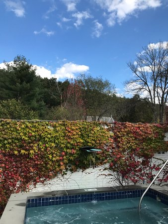 Woodstock, VT: Outdoor jacuzzi in spa area