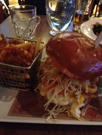 Ledyard, CT: Mac n Cheese burger-tiny burger underneath all the toppings