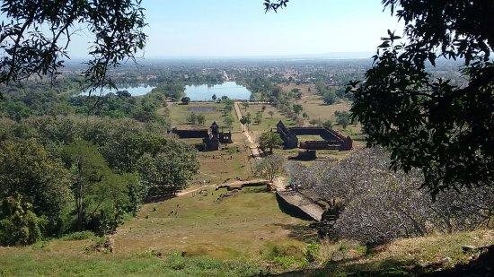 Champasak Town, Laos: Ausblick vom Tempel auf der oberste Stufe