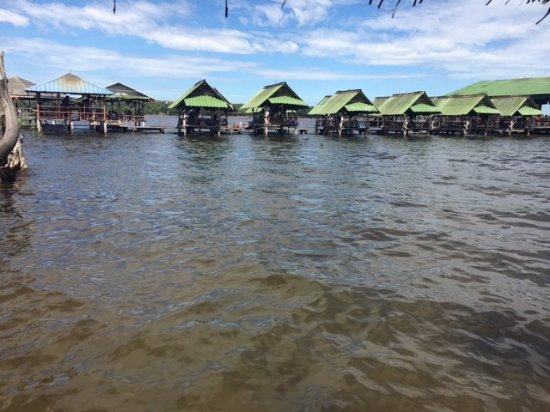 Nikhom Phatthana, Thailand: Restauraunt over Dok Krai