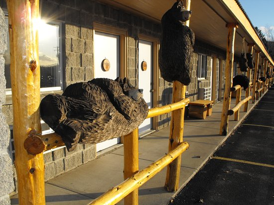Eagle's Nest Motel: Chainsaw carved bears