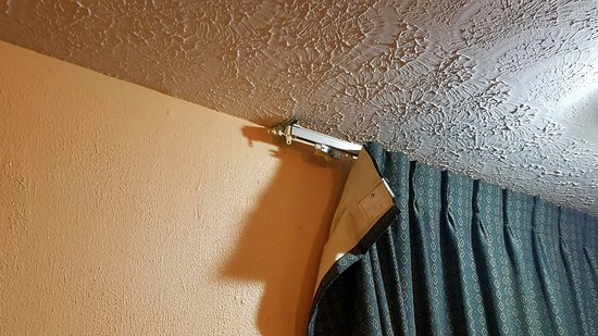 Terre Haute, IN: curtains broken - whoever cleaned didn't care enough to fix