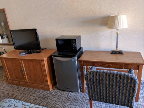 Gainesville, GA: Desk area with small TV and nice sized refrigerator.