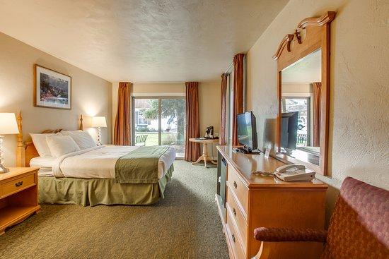 Der Ritterhof Inn: One king bed with patio