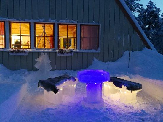 Enontekiö, Finlandiya: Beautiful ice furniture outside dining room