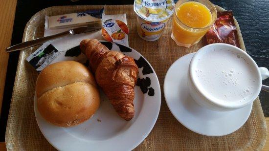 """Avry-devant-Pont, Schweiz: Petit déjeuner : tout industriel, sans saveur, le tout à prix """"coup de fusil"""""""