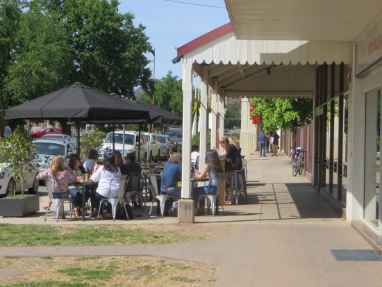 Mansfield, Austrália: Cafe pavement side view looking towards High Street.