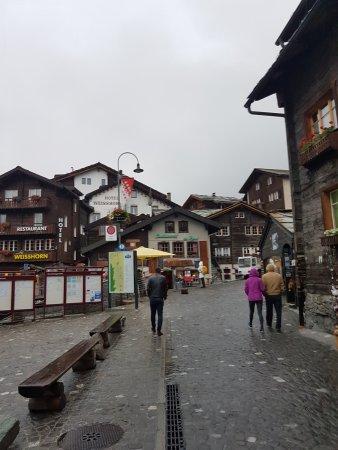 Hotel Weisshorn: Im Herzen von Zermatt (die Wolken verdecken hier die Sicht aufs Matterhorn)