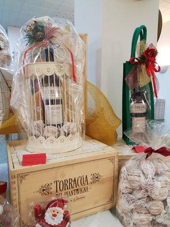 Cadrezzate, Italy: Per chi vuole regalare una bottiglia di vino e farlo in modo originale con prodotti di alta qual