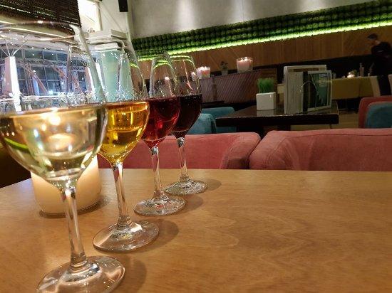 Maroussi, اليونان: Νύχτες γεμάτες κρασί!