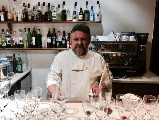 Saint-Jean-de-Fos, Fransa: Ägaren och mästerkocken Calixte Rasse i sin bar