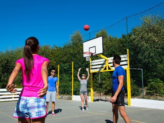 Saint-Jouan-des-Guerets, France: Terrain multi-sports