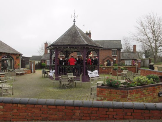 Heart of the Shires Shopping Village: Carol Singers