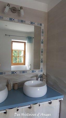 Tournus, Francia: Salle de bains chambre double Pomme de Touline