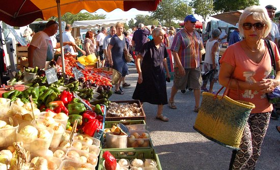 Velleron, France: Crowded farmers market