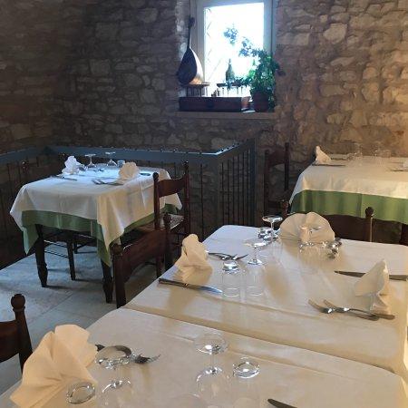 Sant'Ambrogio di Valpolicella, Italia: Были группой, перед поездкой в Зенато! Очень уютный, семейный ресторанчик. Владельцы- это же и р