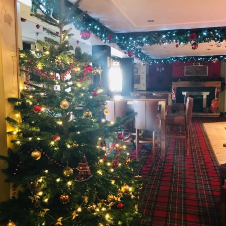 Farnsfield, UK: Christmas decorations throughout The Lion.