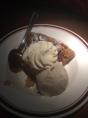 Fairfax, فيرجينيا: Big slice of Pecan Apple Pie with whipped cream and vanilla ice cream