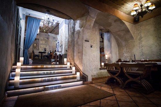 Zilā Govs: Entrance hall