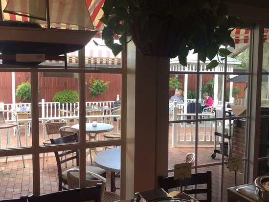 Raintree Restaurant: Side Outdoor Patio Seating
