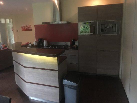 Center Parcs De Kempervennen: Kitchen inc. coffee machine, dishwasher and fridge freezer