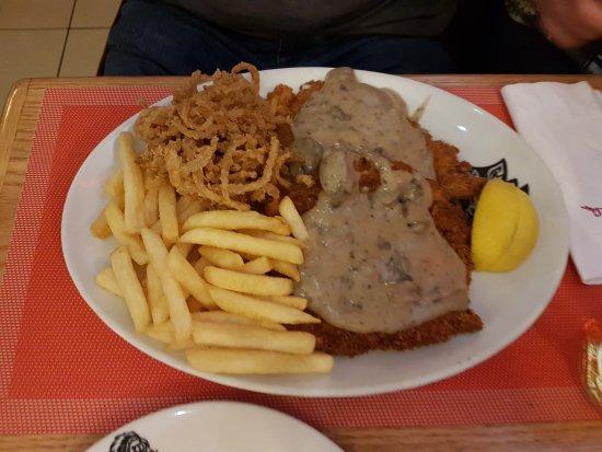 Kempton Park, South Africa: Chicken Schnitzel.......unglaubliche Grösse und der Geschmack ist unbeschreiblich gut.