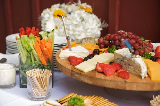 Tenafly, نيو جيرسي: Cheese and crudite station