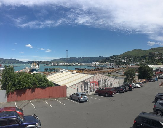 Lyttelton, Nueva Zelanda: Street art and port view from the balcony
