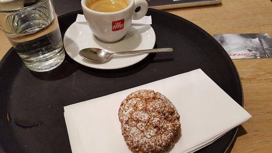La Defense, France: Amaretti et café