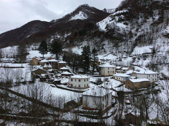 Pola de Somiedo, Spain: Pueblo nevado