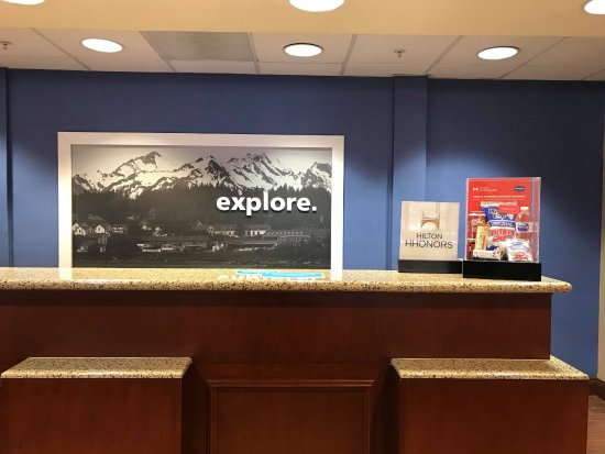 Hampton Inn Elkins: Front desk