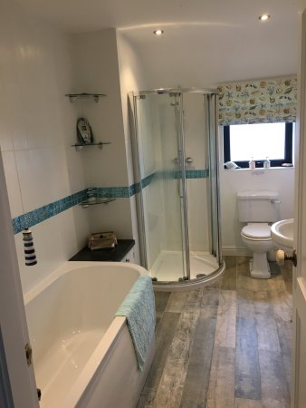 Trearddur Bay, UK: Upstairs bathroom/shower