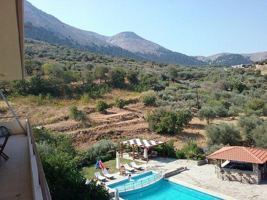 Embonas, Greece: Вид с балкона нашего номера. Сын совершал в бассейне ежедневные заплывы перед сном.