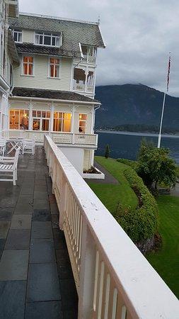 Balestrand, Noorwegen: EL fiordo al fondo, la arquitectura romántica. Una hermosa vista del hotel