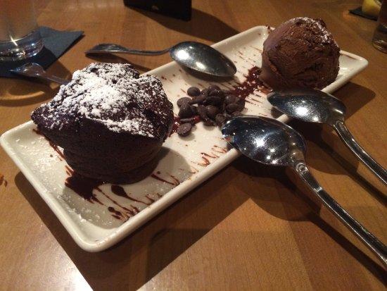 Salt Creek Grille: Chocholate Cake and ice cream