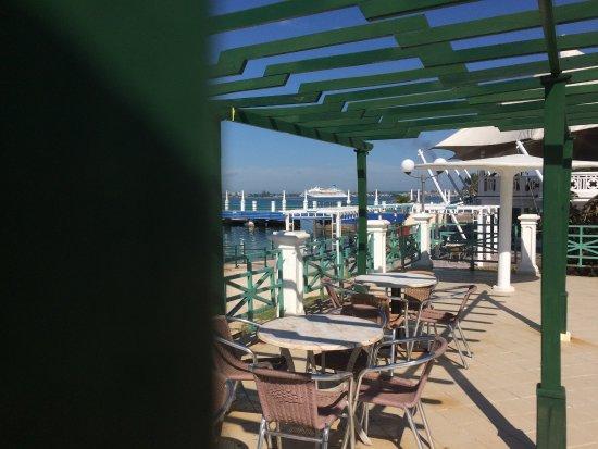Bella la vista, al fondo Celestyal Crustal Cruise