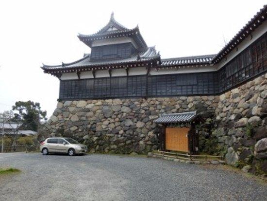 Yamatokoriyama, Jepang: 復元多聞櫓と駐車場無視の邪魔な車