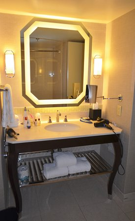 Sheraton New Orleans Hotel : Clean and tidy bathroom