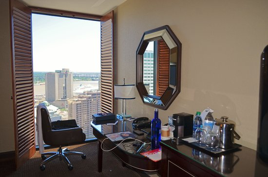 Sheraton New Orleans Hotel : Gorgeous floor to ceiling window with french doors
