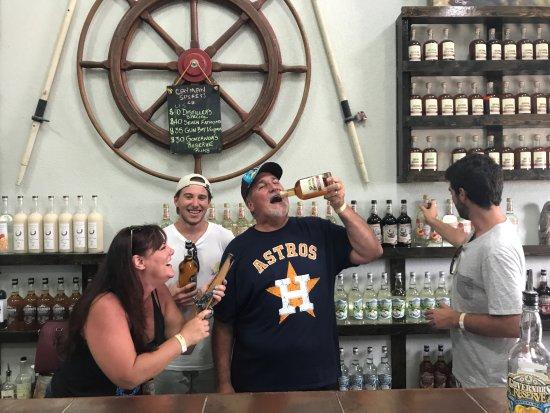 George Town, Grand Cayman: Fun behind the bar