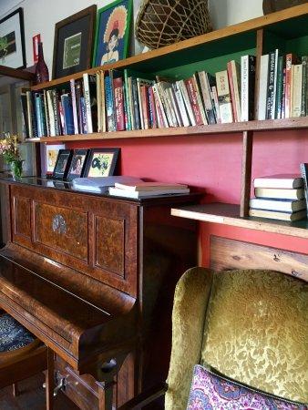 Bellingen, Australia: Piano/loungeroom