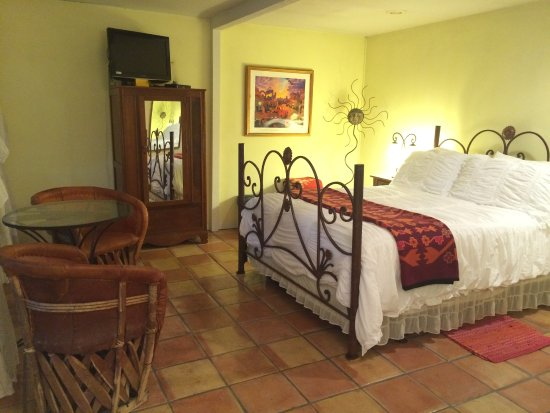 Casa del Sol Bed and Breakfast at Lake Travis : King bed in the Golden Sun Cottage