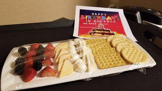 Hilton Garden Inn Chicago / Oakbrook Terrace : Birthday Tray!!!!